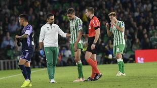 Javi García abandona el terreno de juego tras lesionarse.