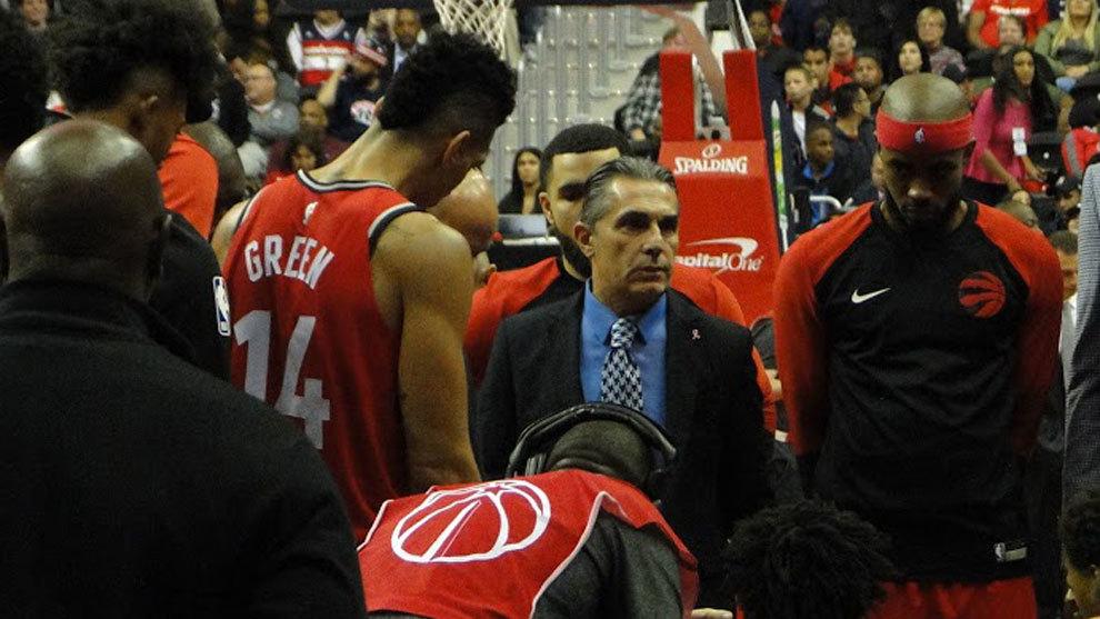 Scariolo da instrucciones a los jugadores de los Raptors