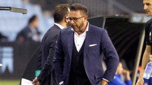 Antonio Mohamed cabizbajo tras caer ante el Alavés.