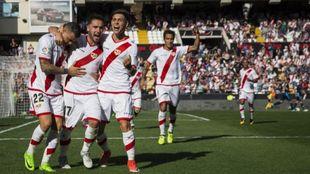 Unai López, en el centro, celebra un gol con le Rayo en Vallecas ante...