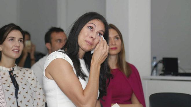 Montaner emocionada durante su acto de despedida del atletismo.