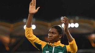 La sudafricana Caster Semenya posa en el podio de los 800 metros de...