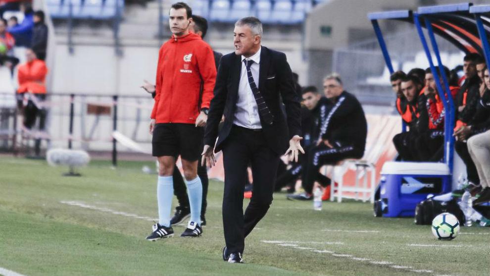 Lucas Alcaraz da instrucciones durante un partido con el Almería.