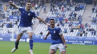 Saúl Berjón celebra con Javi Hernández el gol del triunfo ante...
