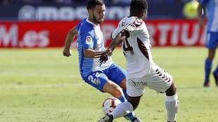 Dani Pacheco intenta regatear a Bela en el partido ante el Albacete