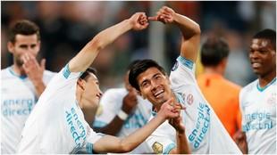 Hirving Lozano y Guti celebran un gol con el PSV.