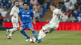 Gaku frente a Gareth Bale durante el Real Madrid-Getafe