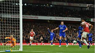 Aubameyang marca uno de los dos tantos al Leicester