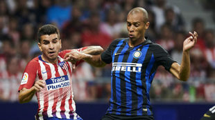 Miranda lucha con Correa en un Atlético-Inter.