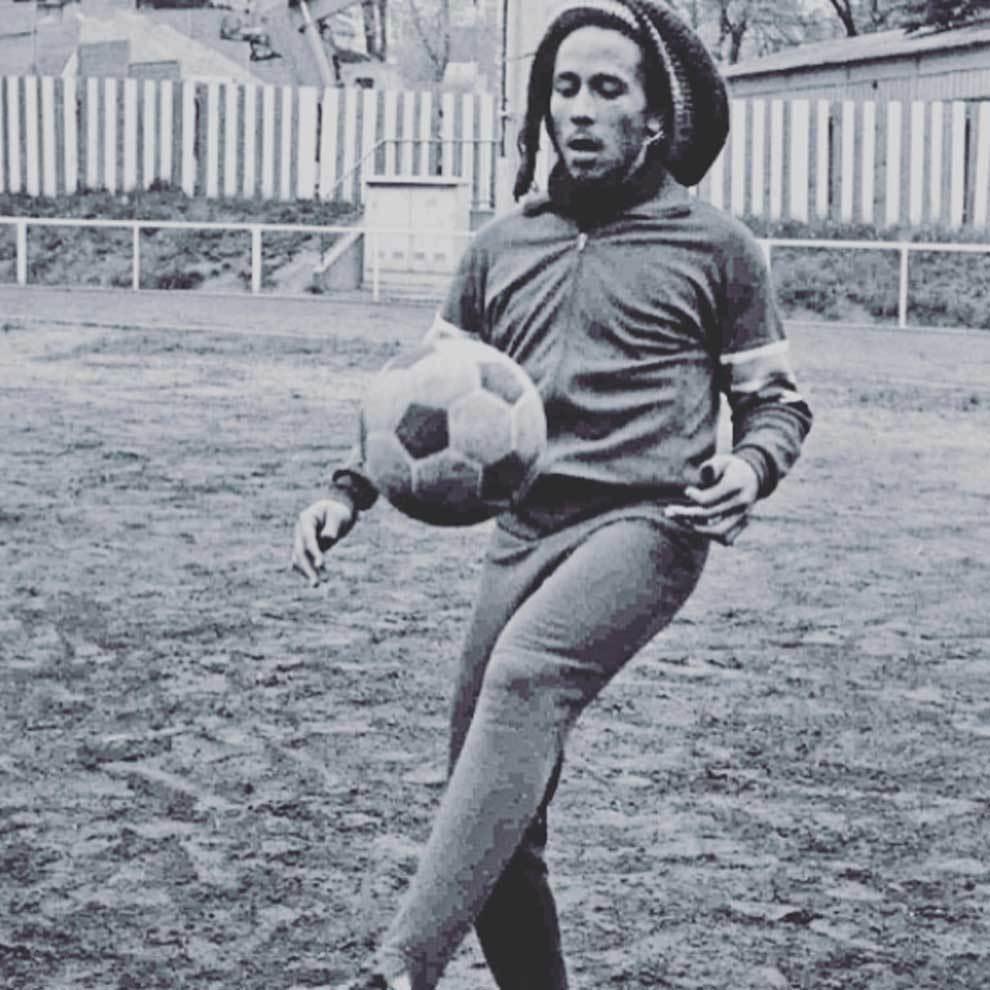 Futbol Internacional Bob Marley Jugando Al Futbol Una De Sus
