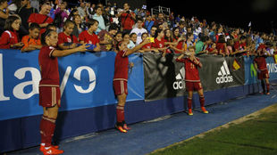 Las jugadoras de la selección española se fotografían con la...
