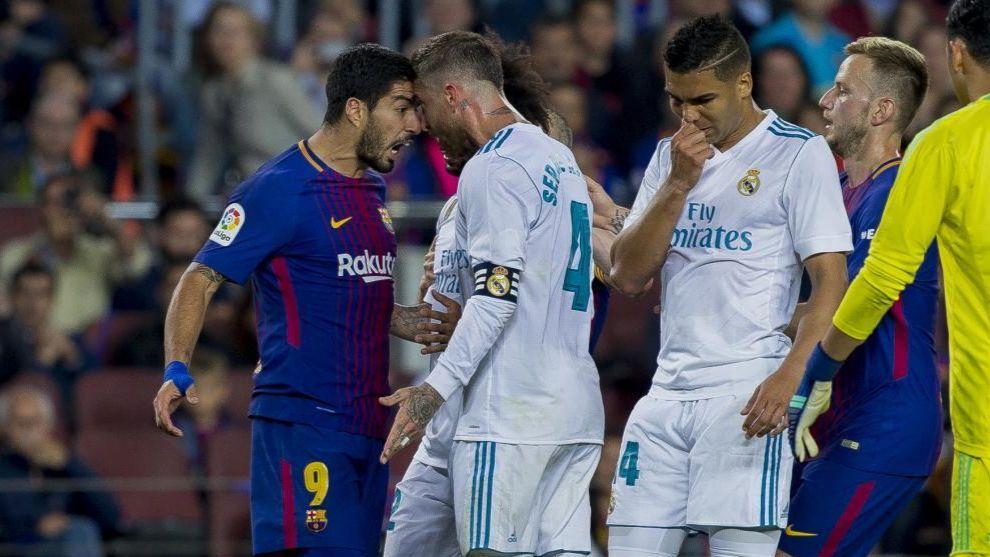 Luis Suárez y Sergio Ramos se encaran durante el último Clásico en...