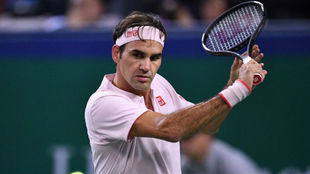 Federer pega un revés cortado