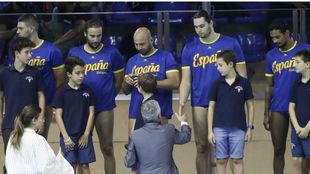 Los internacionales españoles recibieron unas medallas en recuerdo de...