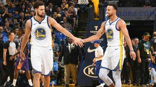 Klay Thompson felicita a Stephen Curry por uno de sus triples