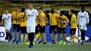 Los jugadores del Valencia, tras el gol de penalti de Hoarau.