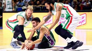 Jaime Fernández pelea un balón en el suelo con Anton Ponkrashov y...