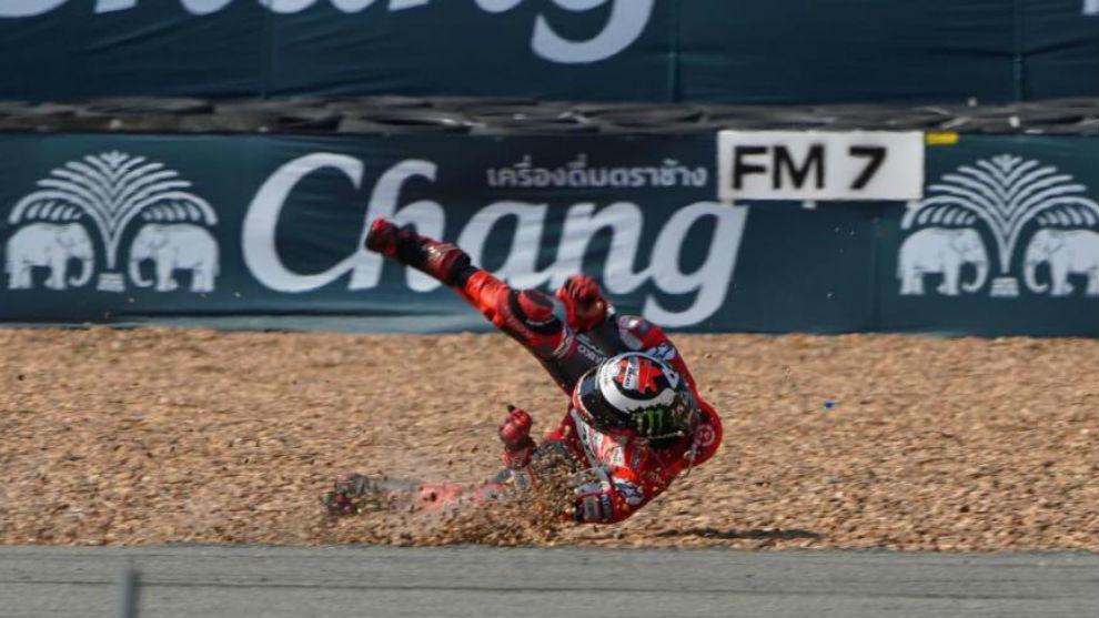 Momento de la caída de Jorge Lorenzo en los entrenamientos de...