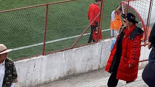 Madonna, viendo a su hijo jugar al fútbol.