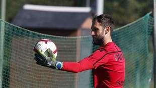 Dani Giménez observa el balón durante un entrenamiento reciente