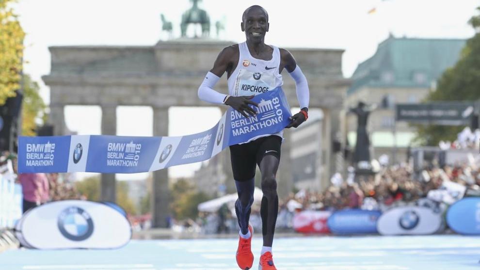 El keniata Eliud Kipchoge cruza la línea de meta del Maratón de...