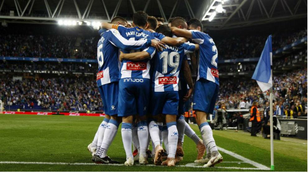 Los futbolistas del Espanyol se abrazan tras un gol.