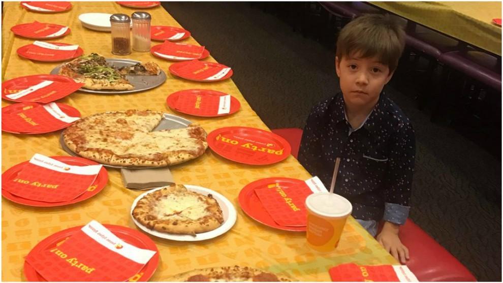 Niño invita a compañeros a su fiesta de cumpleaños ¡pero nadie asiste!