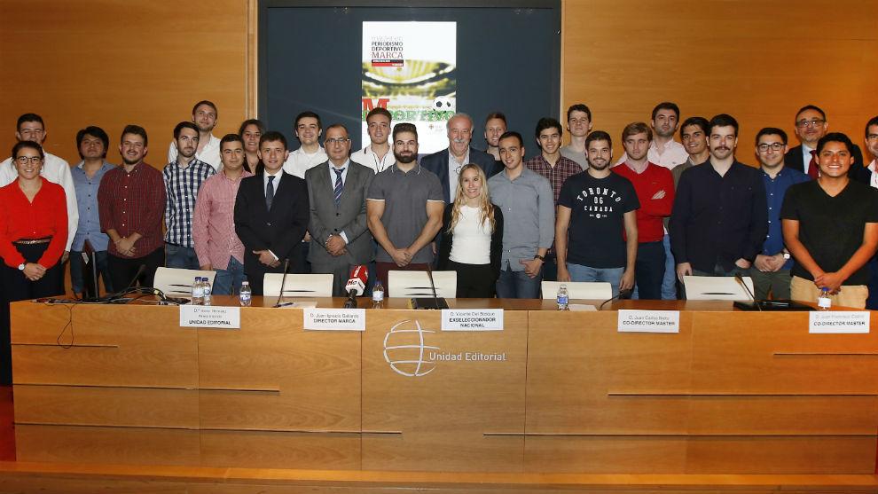 Del Bosque, junto a los alumnos del máster.