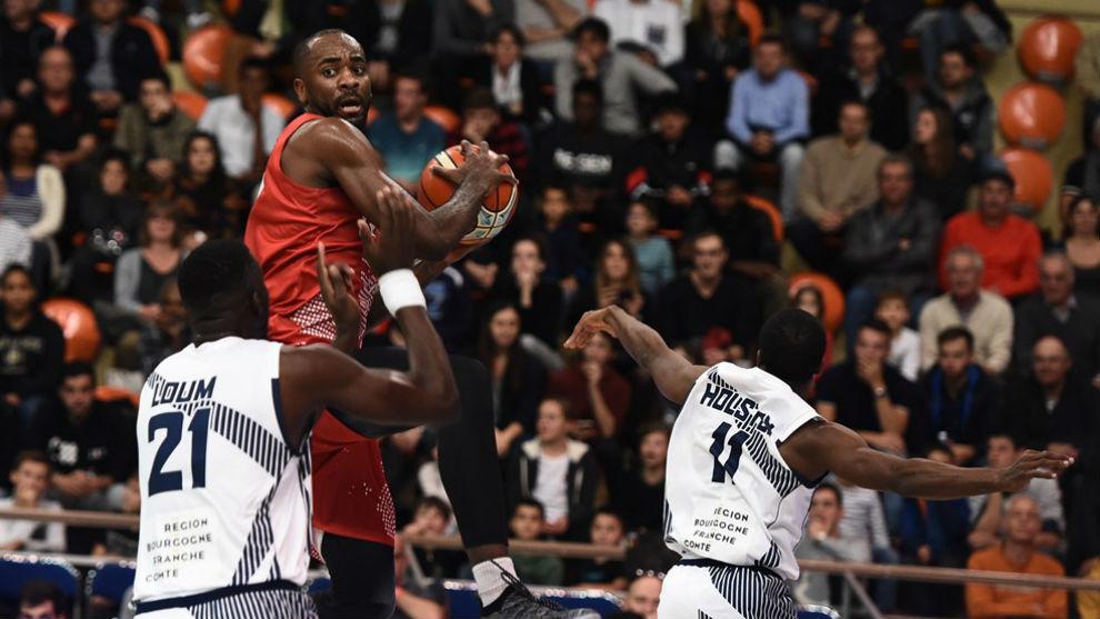 Christian Eyenga atrapa un rebote entre dos rivales.