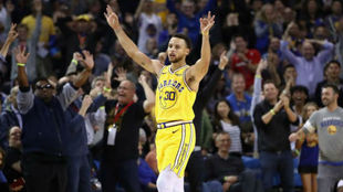 Stephen Curry celebrando uno de sus 11 triples