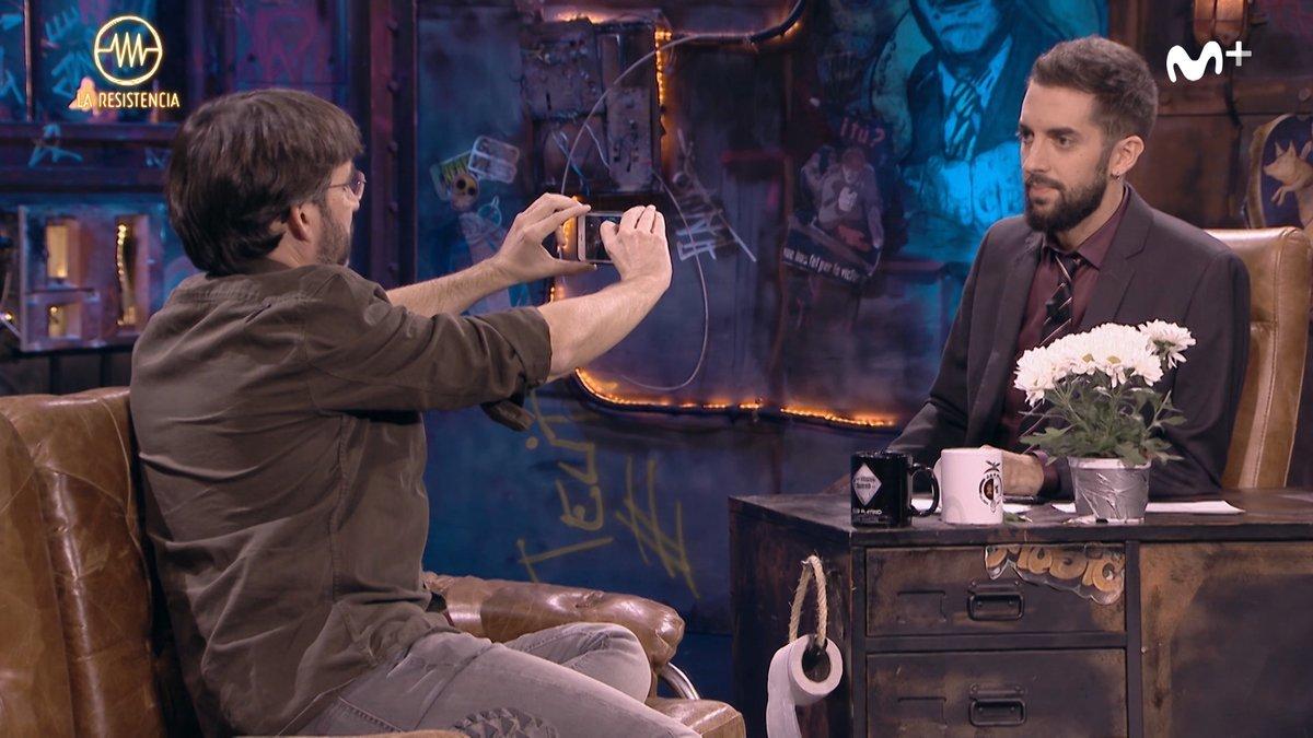 Jordi Évole grabando con su móvil a David Broncano mientras le manda...