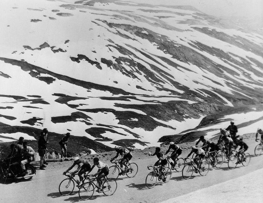 El grupo de cabeza, con el líder, pasa por el Iseran en el Tour de...
