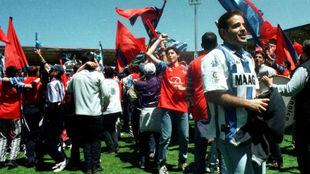 Aficionados de ambos equipos se abrazan en el césped en 1998.