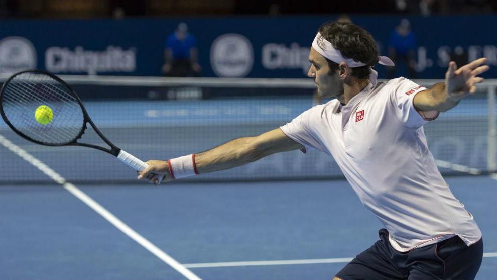 Federer sufre ante Simon, pero ya está en semifinales de Basilea