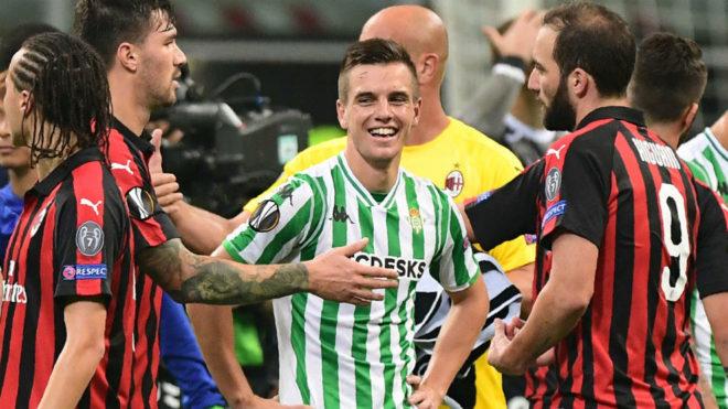 Lo Celso, entre varios jugadores del Milan.