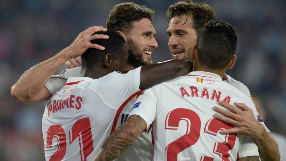 Los jugadores del Sevilla celebrando uno de los seis goles.