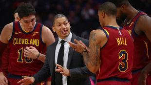 Tyronn Lue da instrucciones a sus jugadores de los Cavaliers