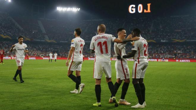 Los jugadores del Sevilla celebran uno de sus goles.