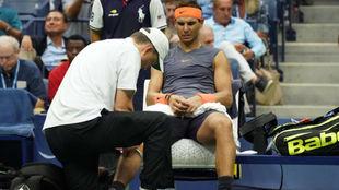 Nadal es atendido de la rodilla por el fisioterapeuta del US Open