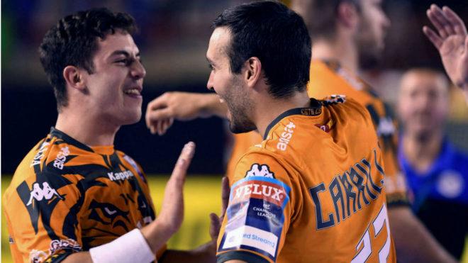 Carrillo celebra una victoria del Ademar con Jaime Fernández /