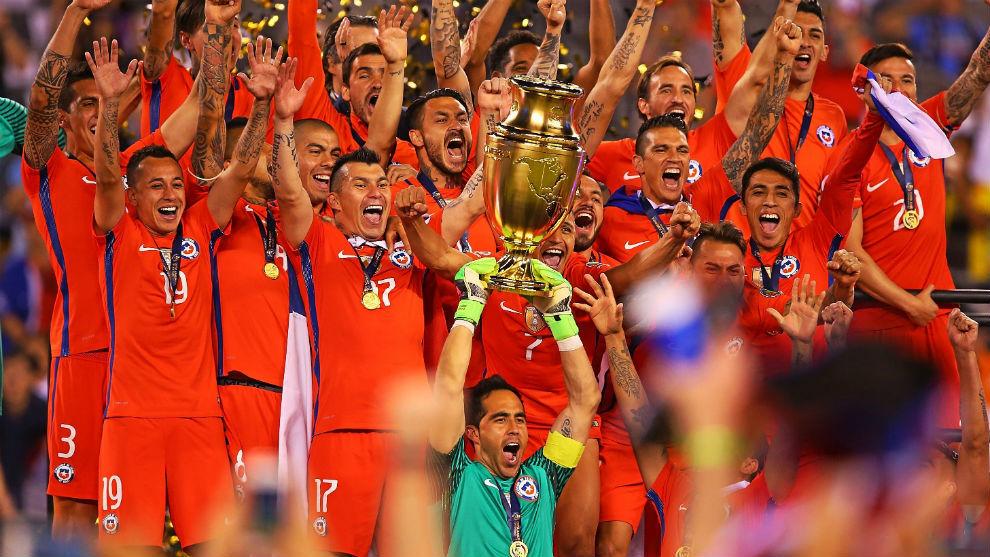 Bravo (Chile) levanta la última Copa América en 2016.