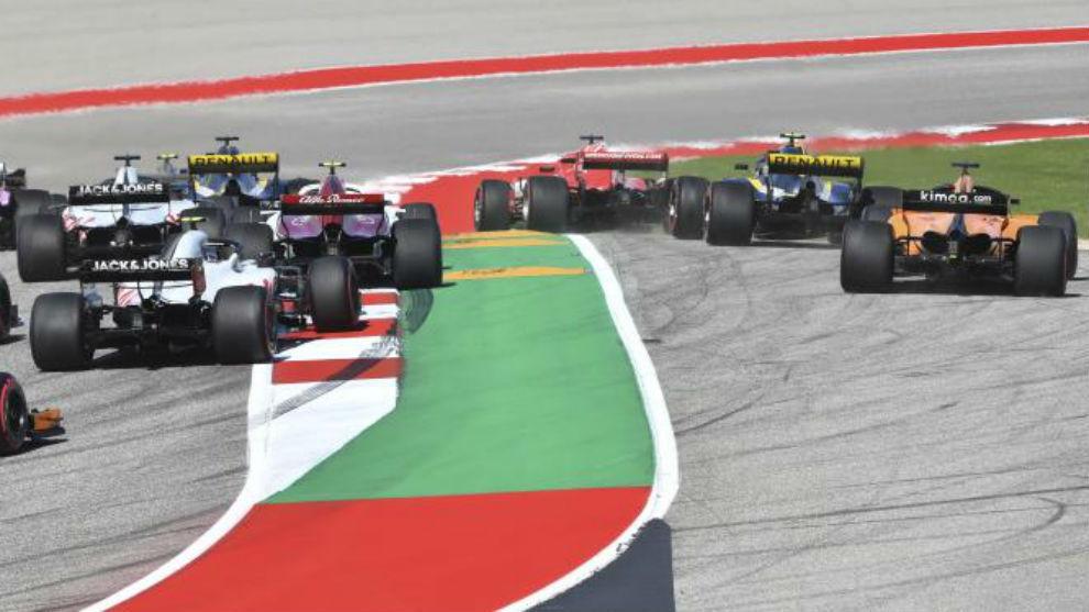 Sainz, detrás de Vettel, por la derecha, antes de regresar a pista en...
