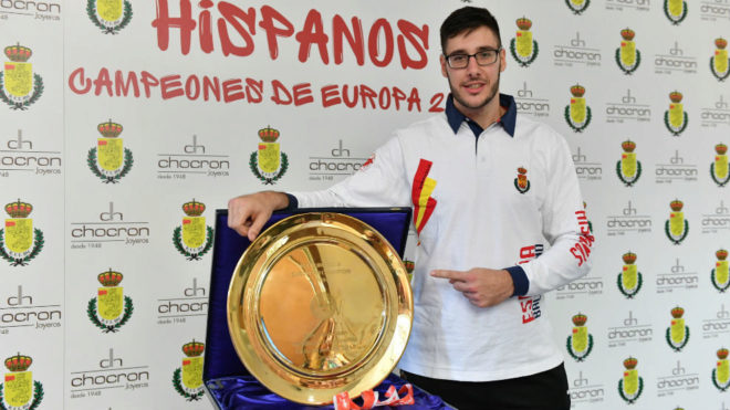 Abel Serdio con el trofeo de campeones de Europa ganado por los...