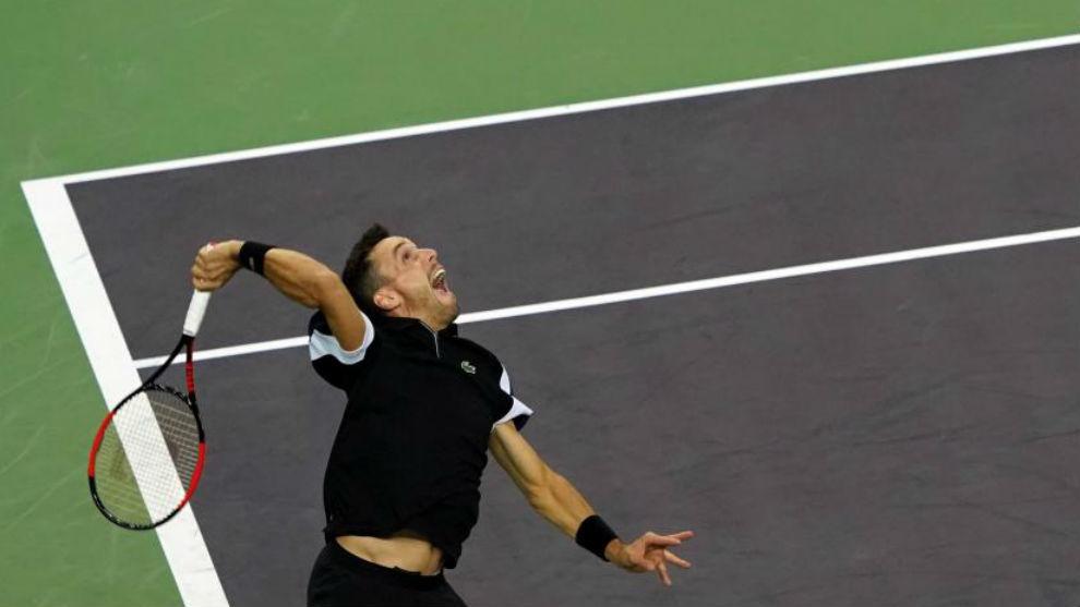 Federer doblega a Simon tras batallar 3 sets en Basilea