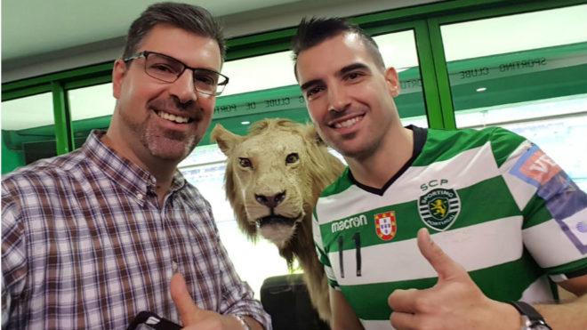 Carlos Ruesga, con el director deportivo del Sporting, Carlos Galambas
