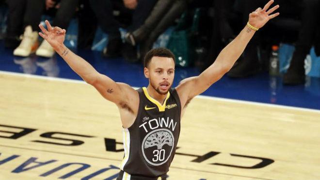 Stephen Curry celebra uno de sus seis triples ante los Knicks
