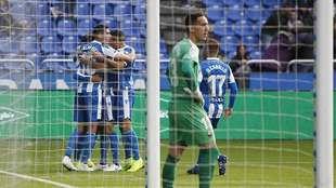 Los jugadores del Deportivo celebran con Carlos Fernández el primer...