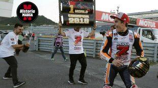 Martínez lanza champán a Márquez en la celebración del 7º...