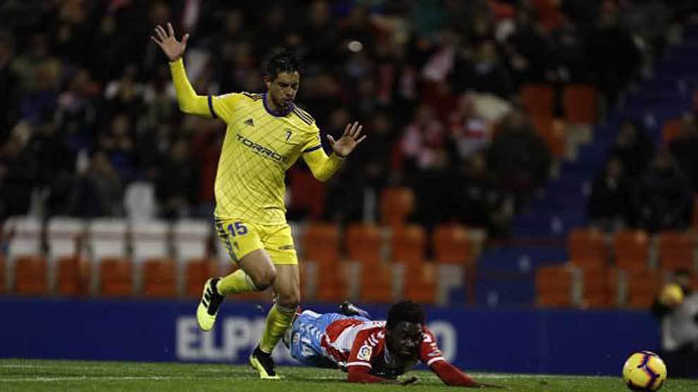 Dongou cae en el área del Cádiz ante Marcos Mauro y reclamó un...