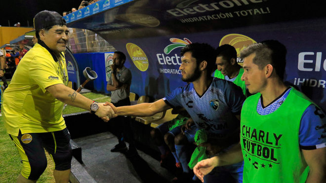 Maradona saluda a los jugadores del Tampico Madero.